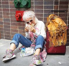 The 61-year-old girl wearing a flower skirt, when the model, take the desert, around the world ... ... not afraid of easy old, afraid to live scrawled! Sydney today