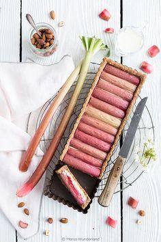 Eine wunderbar frische und saftige Rhabarber Cheesecake Tarte mit einem gesunden Mürbeteigboden, einer cremigen Cheesecake-Schicht, belegt mit Rhabarber.