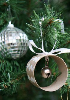 Boule avec rouleau de papier wc ruban et clochette! Marché de Noël