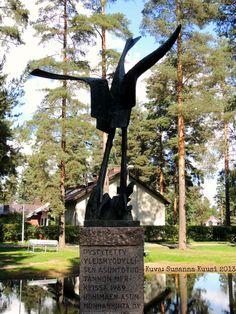 """Kurki, Armas Hutri 1969. """"Pystytetty yleishyödyllisen asuntotuotannon merkeissä 1969. Riihimäen Asunnonhankinta Oy"""". J.V. Jorman puisto, Sipusaarentie 28-30, Riihimäki. Kuva: Susanna Kuusi"""