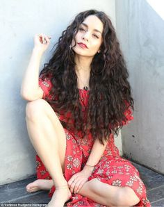 Vanessa Hudgens looks beautiful with her long curly hair. Cabelo Vanessa Hudgens, Style Vanessa Hudgens, Curly Wigs, Long Curly Hair, Curly Hair Styles, Natural Hair Styles, Model Foto, Black Wig, Lace Front Wigs