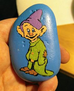 Snow White dwarf Dopey painted rock Pebble Painting, Stone Painting, Rock Painting, Disney Cartoon Characters, Disney Cartoons, Hand Painted Rocks, Painted Stones, Snow White Dwarfs, Mickey Mouse Christmas