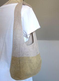 Sommertaske. Sød og hurtig altmuligtaske til at hænge på skulderen. Strikket rundt i glatstrikning. Her er den i hør, men bomuld kan sagtens bruges. Pinde 3 eller 3½,