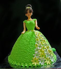 There are many different ways to make a cake, formed as a Barbie doll. Here are some great ideas, how to shape the Barbie cake and decorate Barbie's dress. Check out pictures of beautiful Barbie cakes! Cake Decorating Frosting, Cake Decorating Designs, Creative Cake Decorating, Birthday Cake Decorating, Cake Designs, Bolo Barbie, Barbie Cake, Barbie Dress, Barbie Doll Birthday Cake
