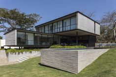 Image 8 of 22 from gallery of Pomarino House / Sommet. Photograph by Leonardo Finotti Modern Residential Architecture, Architecture Plan, Pavilion Architecture, Japanese Architecture, Sustainable Architecture, Haus Am Hang, Luxury Modern Homes, Modern Villa Design, Building A House