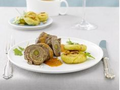 Beschwipste Rinds-Roulade mit Kartoffel-Pinienkern-Küchlein