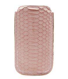 Deze iPhone 5 cover van Fabienne chapot is geheel vervaardigd van roze slangenleer (€39,95)