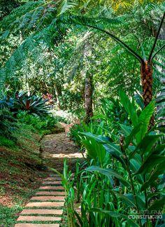 """A ligação entre o dentro e o fora da casa acontece de forma natural e convidativa"""", diz a paisagista Luciana Leal"""