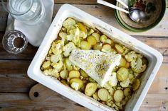 Recept voor ovenschotel voor 4 personen. Met zout, olijfolie, peper, bloemkool, aardappel, prei, slagroom, kerriepoeder, komijnpoeder, kabeljauwfilet en citroen