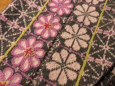 Neulova Narttu  bloemetjes inbreien en dan rondom een randje borduren