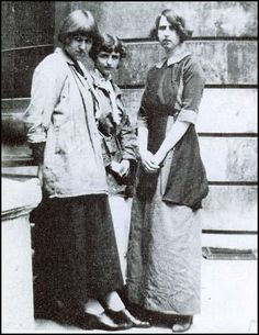 """Dora Carrington, Barbara Hiles and Dorothy Brett in 1911 Lady Ottoline Morrell, who entertained Bloomsberries before the war at her country manor, called Dora Carrington """"a wild moorland pony,"""" intense and uncertain Dora Carrington, Leonard Woolf, Duncan Grant, Vanessa Bell, Bloomsbury Group, English Writers, Dorothy Parker, Female Art, Young Female"""