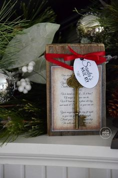 Display this Santa& key in your home and Santa& magic will make it work so that he can enter to deliver his gifts. Tutorial and free printable poem. All Things Christmas, Winter Christmas, Christmas Holidays, Christmas Decorations, Christmas Ornaments, Christmas Plaques, Christmas Girls, Christmas Feeling, Country Christmas