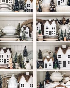 35 Festive Christmas Wall Decor Ideas that will Instantly Get You into the Holiday Spirit - The Trending House Christmas Garden, Simple Christmas, Christmas Home, Vintage Christmas, Christmas Trimmings, Christmas Mantles, Christmas Villages, Victorian Christmas, Christmas Items