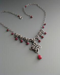 Collar Chainmaille bizantino con Ruby por WolfstoneJewelry en Etsy, $125.00