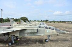 Línea de SEPECAT Jaguar nigerianos abandonados. Nigeria compró 18 en 1984 y llevan sin volar desde 1993: un caso clásico de cómo tirar dinero.