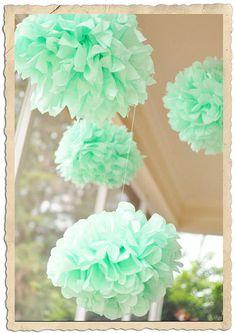 Une décoration de cérémonie de mariage avec des rubans de satin en décoration de chaise: des rubans verts d'eau. Des boules de fleurs roses et des ombrelles chinoises blanches complètent le déco...