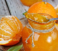 Owoce pomarańczy umyć, wycisnąć z nich sok.