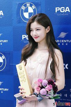 Pretty Yoo Jung with her award last 2017 Baeksang Awards! Child Actresses, Korean Actresses, Korean Actors, Kim Yoo Jung, Korean Beauty, Asian Beauty, Korean Celebrities, Celebs, I Love Cinema