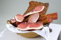 Fleisch pökeln und trocknen: Pökeln und Trocknen verleiht Fleisch und Fisch einzigartige Aromen. (Foto: Stocker Verlag) Meat, Food, Beef, Meal, Essen, Hoods, Meals, Eten