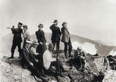 De första turisterna på toppen av Storsylen, 1900. Svenska Turistföreningen. Golf Costumes, Cycling Suit, Activewear, Hiking, Victorian, Organization, Painting, Vintage, Pictures