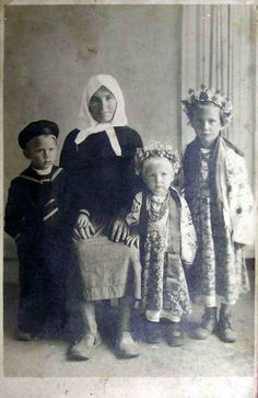 i30.photobucket.com albums c312 fofka 081014%20stari%20foto old3 121002-grannie-with-children.jpg