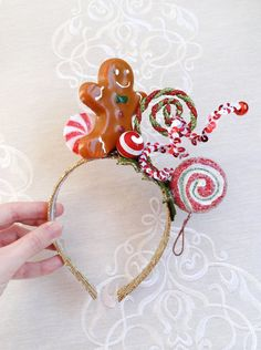 **PRE-ORDER item, will ship in mid-November**  This festive hair adornment features a gingerbread man, candy-cane-swizzles, and peppermint lollipop on a stick.  Add this whimsical peppermint/gingerbread headband to your ensemble, and, presto! Youre a sensational holiday cutie with glitter on top! About the designer: I have been creating fabulous headwear since 2008 – check out my other shop, and see the 2000+ positive reviews and 5-star feedback. VISIT: www.thehoneycomb.etsy.com  –––– SHIPPIN... Christmas Photo Props, Christmas Costumes, Christmas Photos, Christmas Hair, Christmas Crafts, Christmas Headbands, Christmas Ideas, Christmas Headpiece, Tacky Christmas