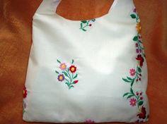 Kalocsai mintájú hímzett táska.