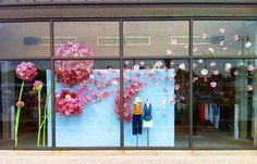 декор витрины магазина одежды к 8 марта