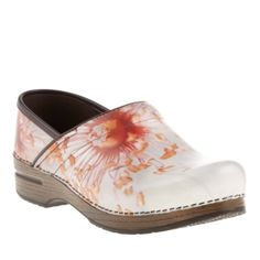 Shoes you must have Best Nursing Shoes, Nursing Clothes, Nursing Outfits, Sanita Clogs, Dansko Shoes, Cool Style, My Style, Great Hairstyles, Me Too Shoes