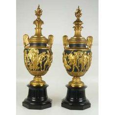 Par de ânforas de bronze finamente fundido , dourado e patinado sobre base de ônix , estilo Napoleão III. França - 76 cm de alt.