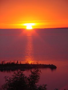 Manitoulin Island - Smashing sunset over the North Channel. Photo by Alan Mihelchic. Do you like the view? Waterfront Cottage, Waterfront Homes, Manitoulin Island, Water Island, Nature Scenes, Sunsets, Fresh Water, Ontario, Beautiful Places