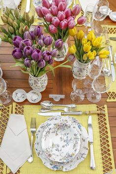 Arranjos com tulipas amarelas, roxas e rosas em nossa mesa montada no jardim de casa.Para nós, é impossível olhar para a Coleção Imperatriz e não imaginar um magnífico jardim. Por isso, nossa mesa não poderia ter sido montada em outro lugar senão ali, entre flores e plantas.
