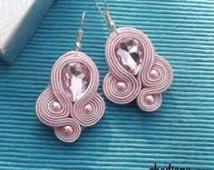 Items similar to Bright Pink crystal Soutache Earrings on Etsy How To Make Earrings, Diy Earrings, Tassel Earrings, Handmade Beaded Jewelry, Boho Jewelry, Jewelery, Soutache Pendant, Soutache Necklace, Quilling Designs