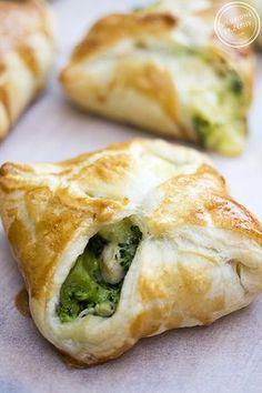 Sakiewki z ciasta francuskiego z kurczakiem, brokułami i serem pleśniowym. Pyszne i efektowne.