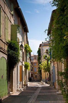 Arles est une ville de France. Il est célèbre pour avoir inspiré les peintures de Van Gogh. concerts et corridas sont Populäre ici.