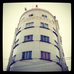El Edificio Lafayette aprovecha de manera excelente su privilegiada esquina, Chilpancingo y Culiacán en plena Condesa. Finalizado en 1935 por Pedro Ríos Seco, ostenta gigantescas letras metálicas en su gran cilíndro.