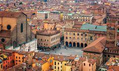 Le idee per un weekend a Bologna, città delle torri, dei caffè storici e di scorci romantici. E della pasta fatta in casa come tagliatelle e tortellini.