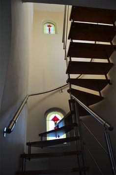 κλασικό βιτρώ τοποθετημένο σε εσωτερική σκάλα οικίας Stairs, Home Decor, Stairway, Decoration Home, Room Decor, Staircases, Home Interior Design, Ladders, Home Decoration