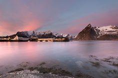 O inverno é apenas um sonho distante. Amanhecer em Hamnoy. Fotografia: Melanie M. no 500px.