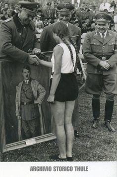 """Der Haag, zomer 1941 (The Hague, summer 1941). """"Nationale Jeugdstorm"""" (Dutch BdM)"""