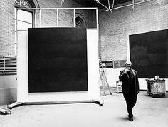 Rothko in zijn atelier: Gaaf hoe zijn schilderijen op deze zwartwit-foto twee mysterieuze zwarte vlakken worden die VANALLES zouden kunnen zeggen. Terwijl Rothko er zelf naast loopt. Ik vind dit een prachtige foto. Het is net een tentoonstelling (en een album is óók een tentoonstelling)