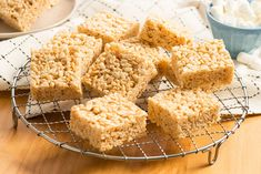 The Original Rice Krispies Treats™ Recipe This classic, delicious snack has been making memories for kids and parents alike for generations. Rice Krispy Treats Recipe, Rice Crispy Treats, Krispie Treats, Carré Rice Krispies, Reis Krispies, Just Desserts, Dessert Recipes, Bar Recipes, Dessert Bars
