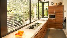 Smalle kookplaat past in concept van smalle aanbouw met keuken
