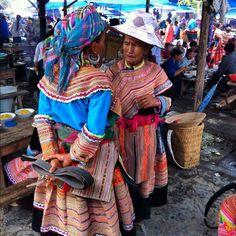"""@suzettemonamour's photo: """"Llegada a Bac Ha, lugar donde cada domingo se celebra el mercado étnico más popular de todo el país. Mujeres de la etnia hmong #bacha #colors #fashion #northvietnam #vietnam #summer #holidays #asia #trip #thisisvietnam #igersvietnam #igersasia"""""""