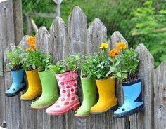 Así siempre podemos ver los piececitos que tenían nuestros niños, y como crecen, sin dejar de reciclar crando un jardín.