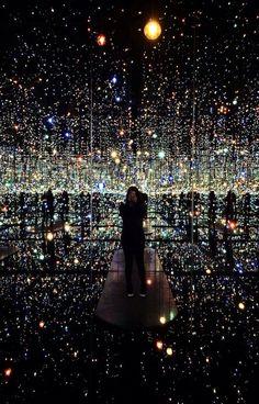 Yayoi Kusama's 'Infinity Mirrored Room – The Souls of Millions of Light Years Away' light art installation Yayoi Kusama, Land Art, Infinity Spiegel, Infinity Mirror Room, Infinity Room, Infinity Art, Illusion Kunst, Light Art Installation, Art Installations