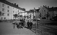 Lapsia leikkimässä Kone- ja Silta Oy:n työläisten asuintalon korttelipihalla, Sammatintie 6-8, kortteli 555.