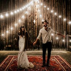 Persian rugs, macrame, bell sleeves, felt hats, cafe lights, and even a pair of camels - you really don't want to miss what's on the blog right now, boho lovers!  @chrisandruth / event planning by @glueckskonzepte / floral design by @classyflowersmuenchen / dress by @ruedeseinebridal / makeup by @rebecca_kugler_makeup / rentals by @der_platz_hirsch