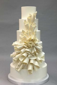 fancy wedding cakes Wedding cake styles change with the times. Staying on top of trends is easy for me. Listening and tuning into what my brides need their cake to be is even easier. Fancy Wedding Cakes, Wedding Cake Designs, Fancy Cakes, Purple Wedding, Gold Wedding, Wedding Gowns, Bolo Floral, Floral Cake, Pretty Cakes