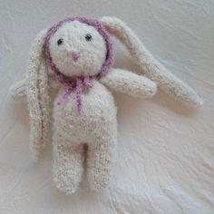 Skjønneste lille frøken kanin 🐰❤ ______________________________ Oppskrift fra @tusenogen_maske #tusenogenmaskebok #tusenogenmaske #babypropsbok #babyprops #frøkenkanin #frøkenkaninbamse #strikkabamse #babystrikk #cute #babygirl Teddy Bear, Instagram Posts, Cute, Kawaii, Teddy Bears